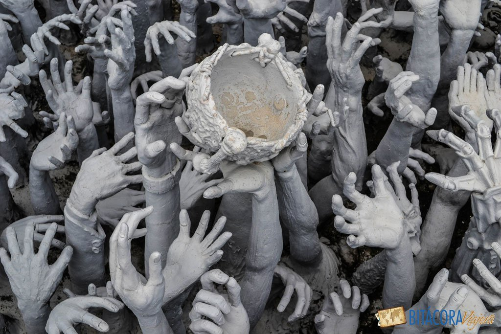 templo blanco de chiang rai manos