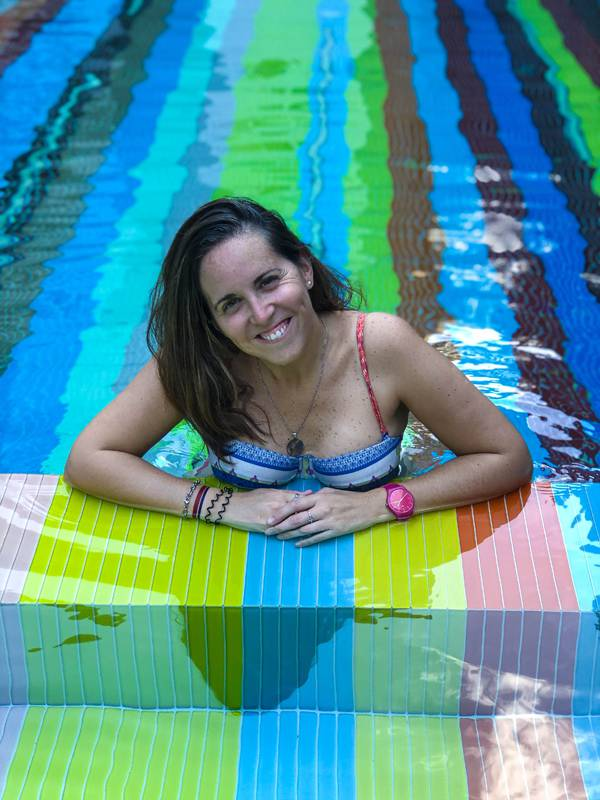 relax en la piscina color arcoíris