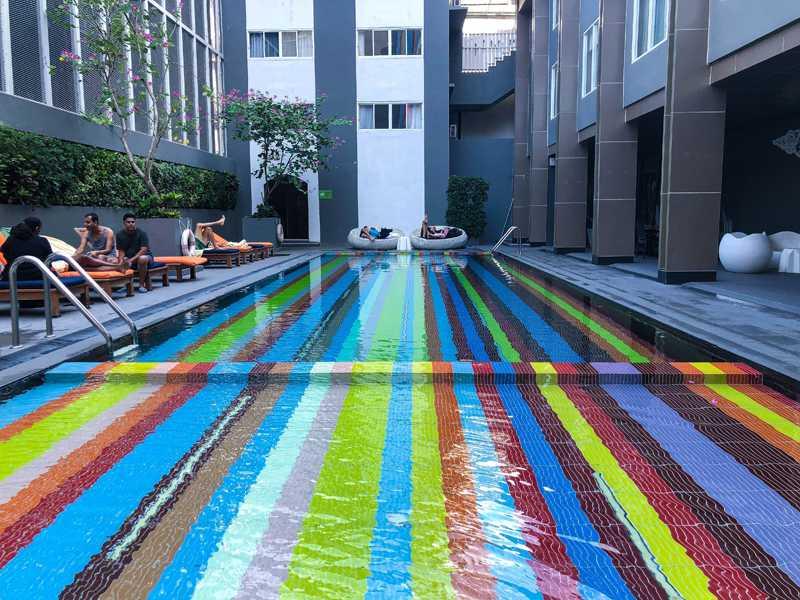 un dia en la piscina color arcoíris de bangkok